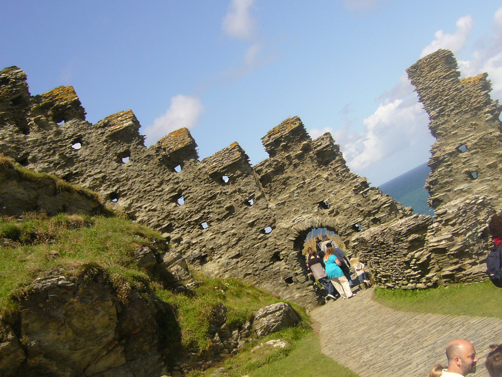 Leaning_ruins_at_Tintagel