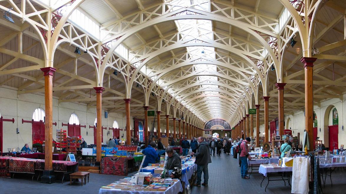 Setting_up_at_Barnstaple_Pannier_market